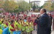 """Kadirli Belediyesi tarafından """"Sağlıklı Yaşam ve Temiz Kadirli İçin"""" sloganıyla her hafta bir okul çevresinde temizlik çalışması başlatıldı."""
