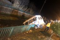 kontrolden çıkan minibüs, su kanalı korkuluklarında asılı kaldı