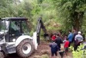 Bataklıkta mahsur kalan inek, iş makinesiyle kurtarıldı