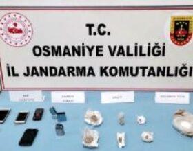 Otomobilde uyuşturucularla yakalanan 2 kişiye gözaltı